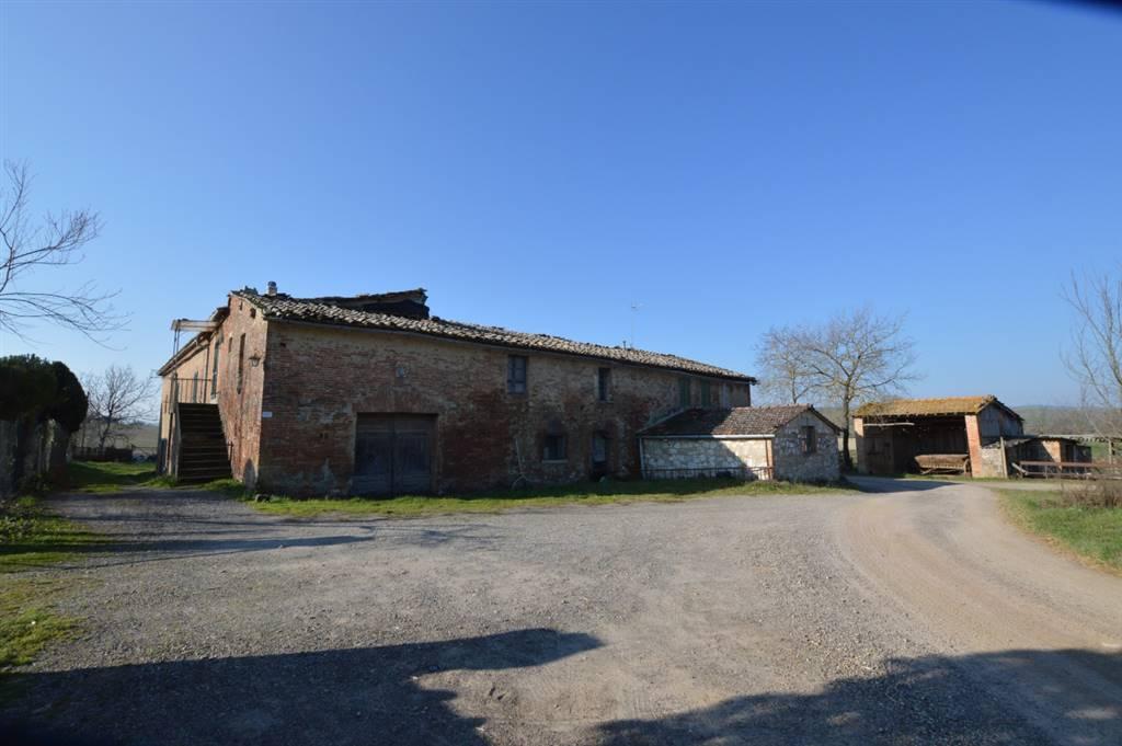 Antico complesso colonico con caratteristica forma a ferro di cavallo attualmente composto da tre unità abitative poste al piano primo