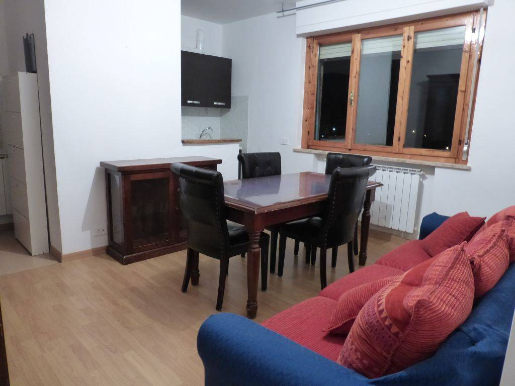 Zona Coop, Comodo appartamento al piano quarto composto da ingresso, soggiorno con cucinotto, disimpegno, camera matrimoniale, camera singola con balcone esclusivo e bagno ampio con finestra. Garage