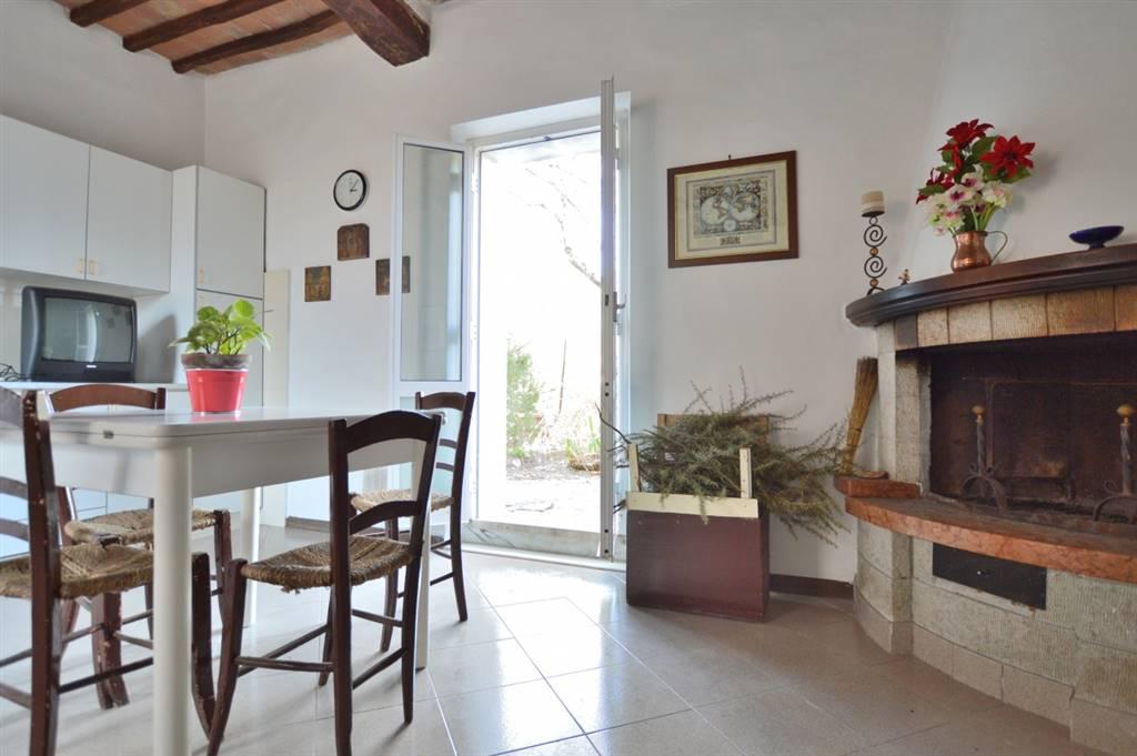 Vescovado di Murlo, in piacevole contesto residenziale nel centro del Paese, proponiamo appartamento bilocale in pietra libero su tre lati con