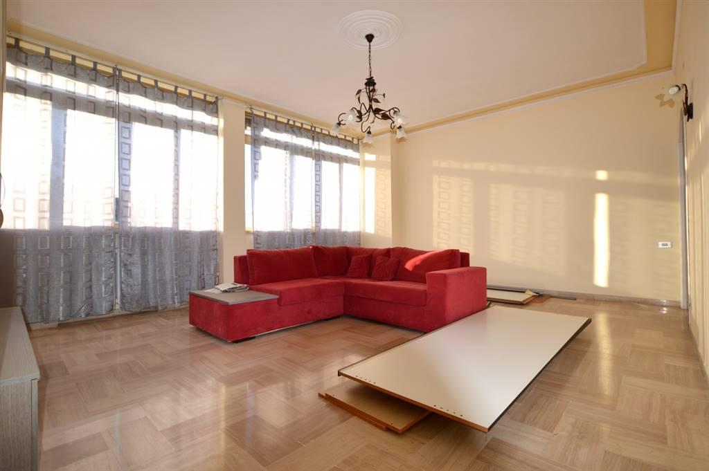 In località Montarioso, in zona ben servita, proponiamo ampio appartamento posto al piano secondo con ascensore di un piccolo condominio così