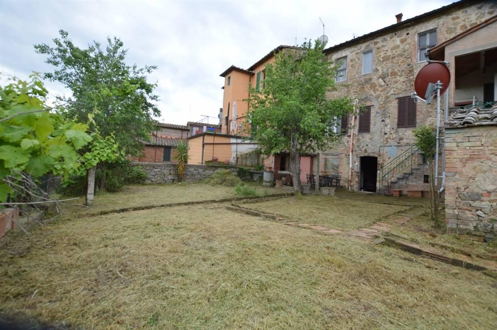 Palazzo in pietra e mattoni ubicato in zona centrale disposto su tre livelli composto da locali magazzini, garage, fondi ed accessori al piano