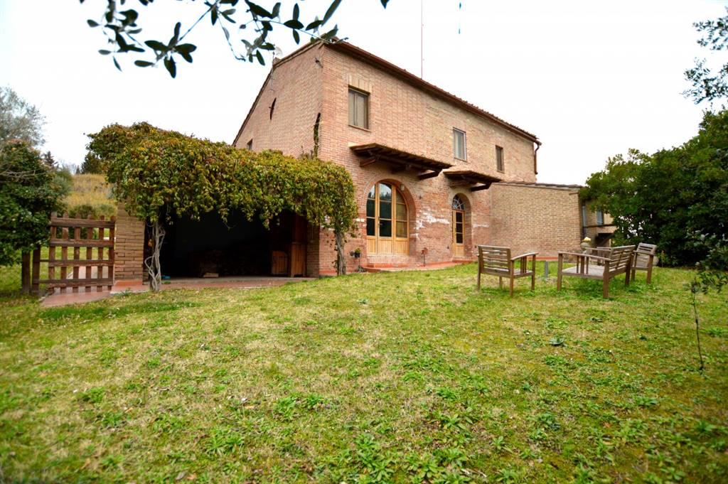 Nella splendida cornice di Chiusure, proponiamo casale in mattoncini immerso in una proprietà di oltre 20 ettari di terreno privato con vista