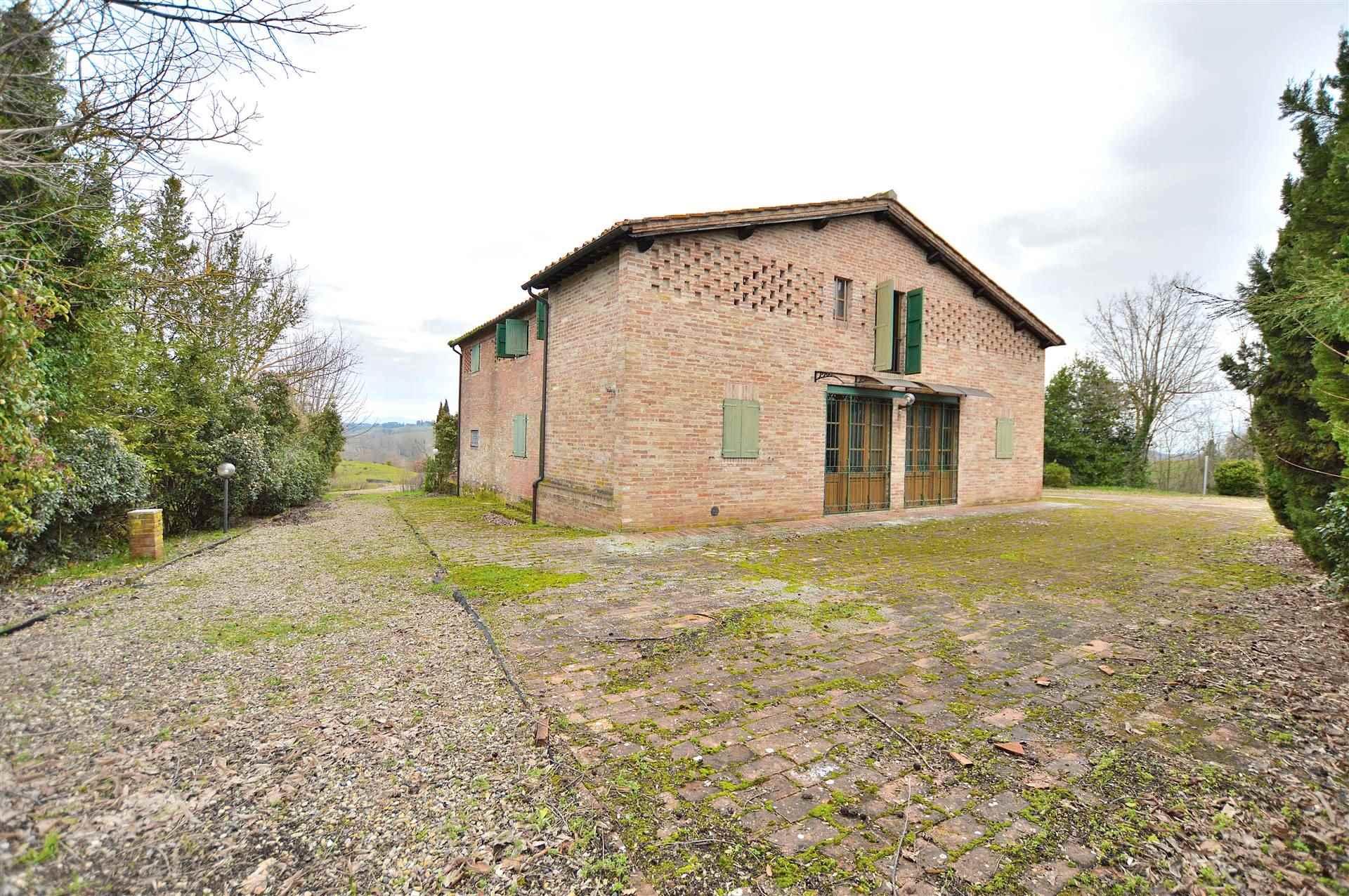 In località Fogliano, alle porte di Siena in posizione dominante con magnifica vista sulla città, proponiamo antico casale indipendente recentemente
