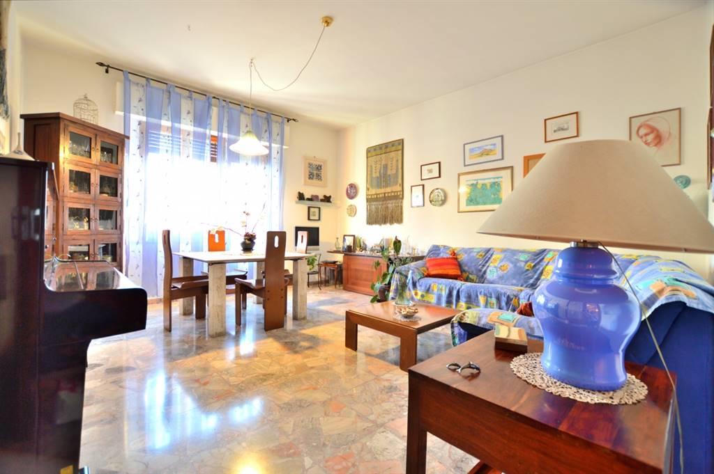 San Prospero, in piacevole e tranquillo contesto residenziale, proponiamo ampio appartamento posto al piano primo disposto su un unico livello all'interno di una piccola palazzina senza condominio