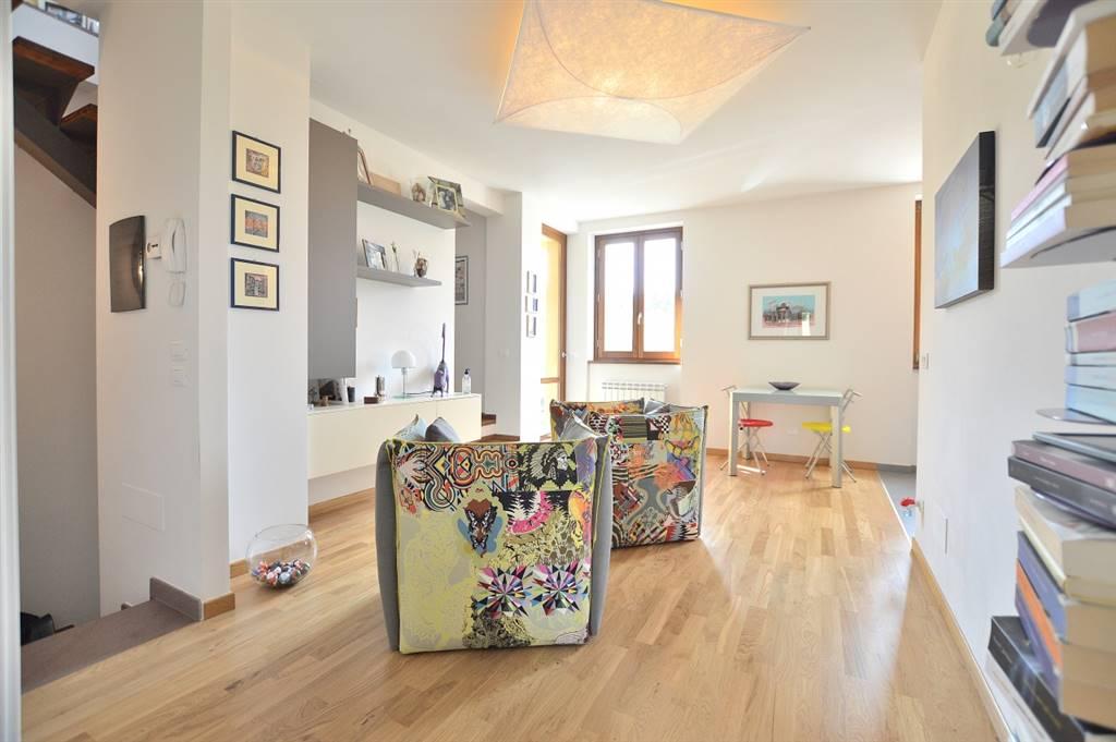 Ville di Corsano, in piacevole contesto abitativo, proponiamo appartamento in piccola palazzina di recente costruzione (anno 2013) così composto: al piano primo, ampio e luminoso soggiorno con