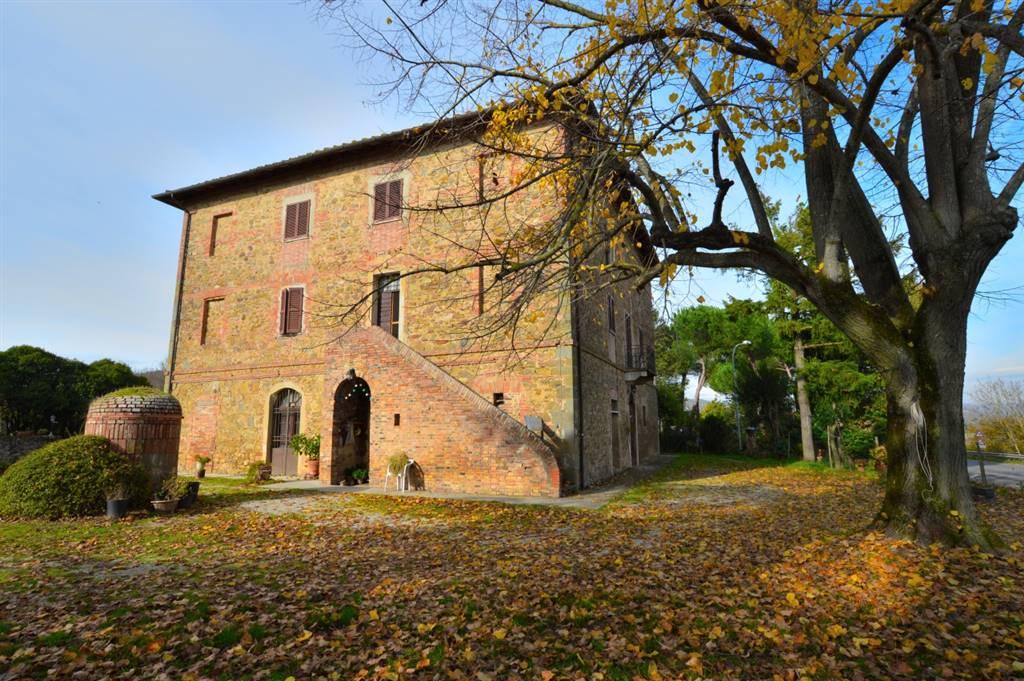A due passi dall'incantevole borgo di Farnetella, in splendido contesto paesaggistico proponiamo caratteristico casolare dei primi anni del 900