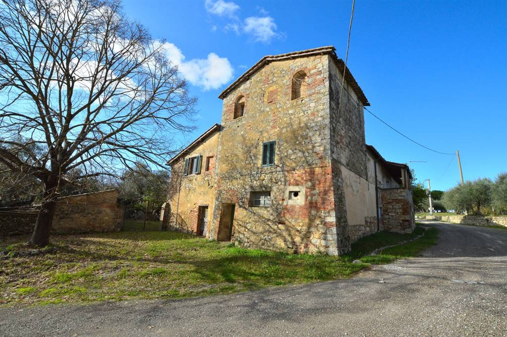 Ville di Corsano, immerso nella campagna senese con splendida vista sulle colline circostanti e a pochi Km. da Siena, proponiamo antica casa torre