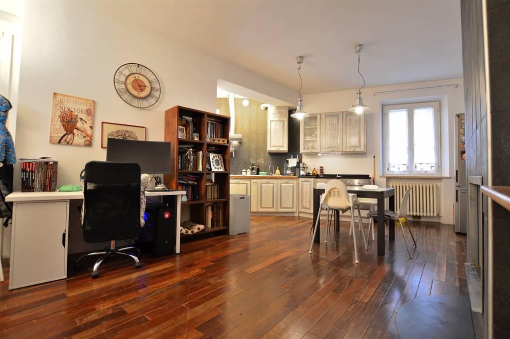 Vescovado di Murlo, in zona centrale, proponiamo signorile appartamento in perfette condizioni libero su tre lati posto al primo ed ultimo piano di una caratteristica palazzina. All'immobile si