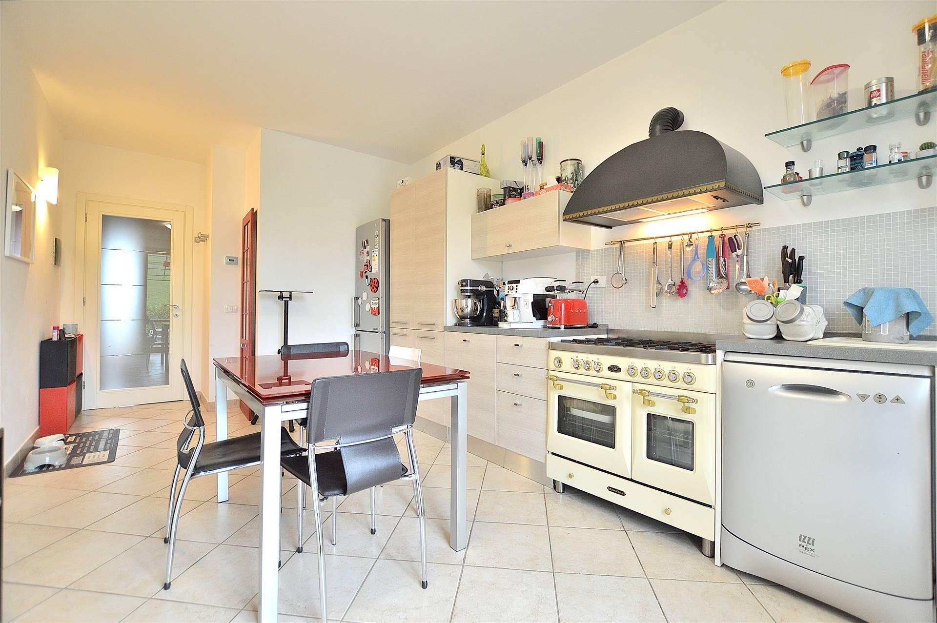 In località Arbia a pochi km da Siena, in piacevole contesto residenziale di recente costruzione, proponiamo appartamento su due livelli posto al