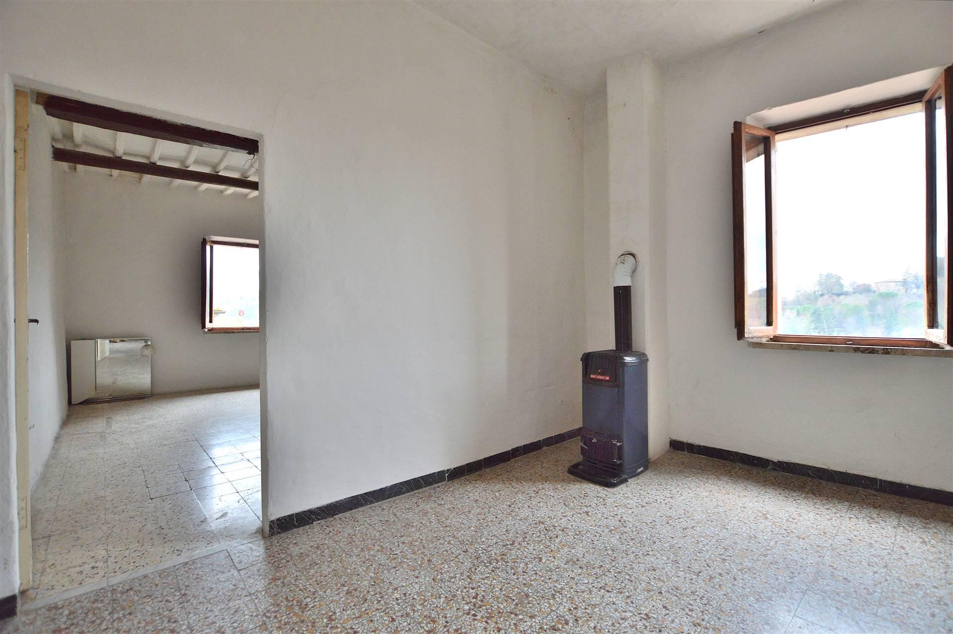 Asciano, in Centro Storico all'interno di un antico palazzo ottimamente conservato, proponiamo appartamento posto al terzo ed ultimo piano così