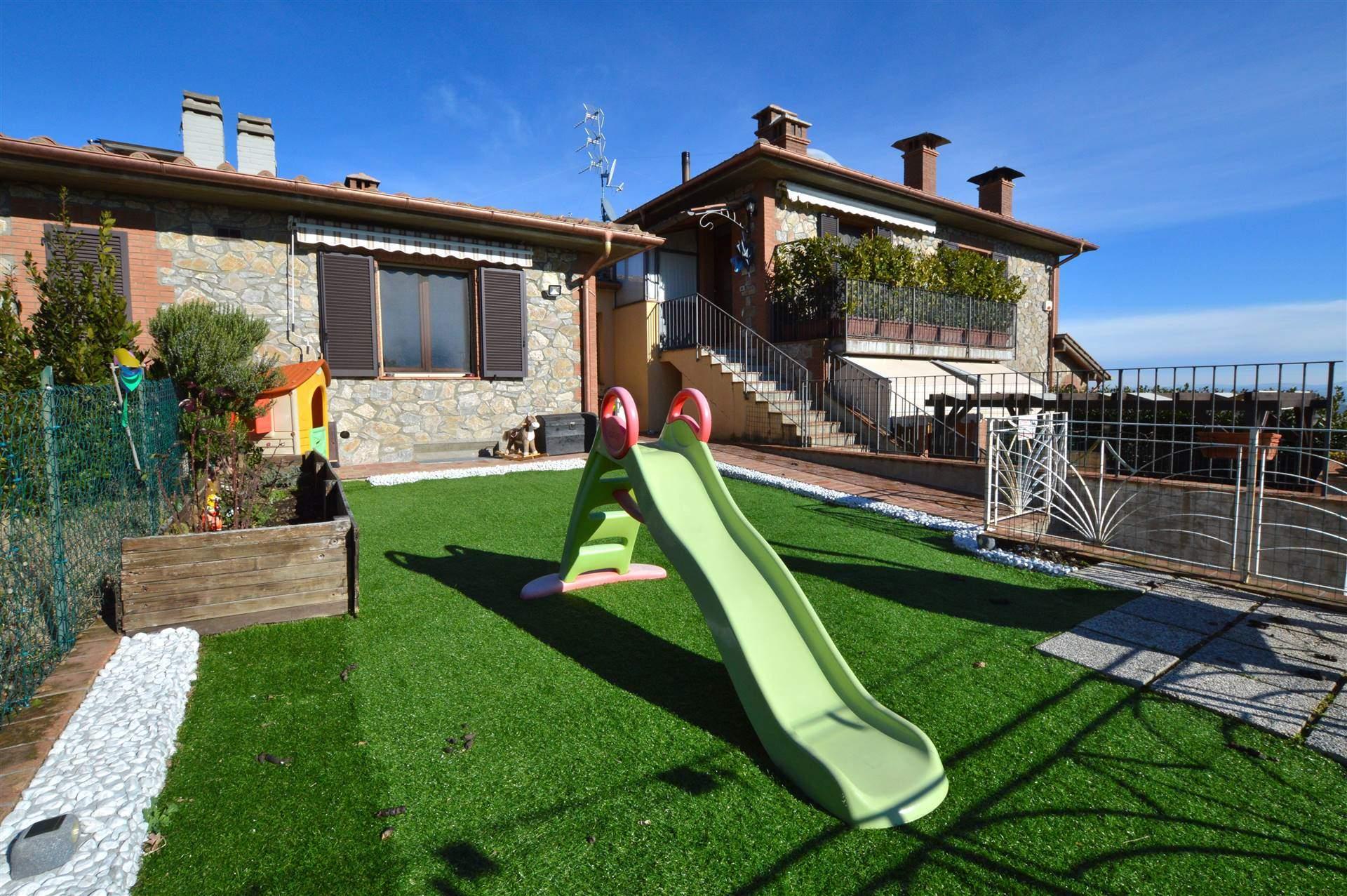 Vescovado di Murlo, in piacevole contesto residenziale, proponiamo porzione di villetta bifamiliare in pietra faccia vista con grazioso giardino.