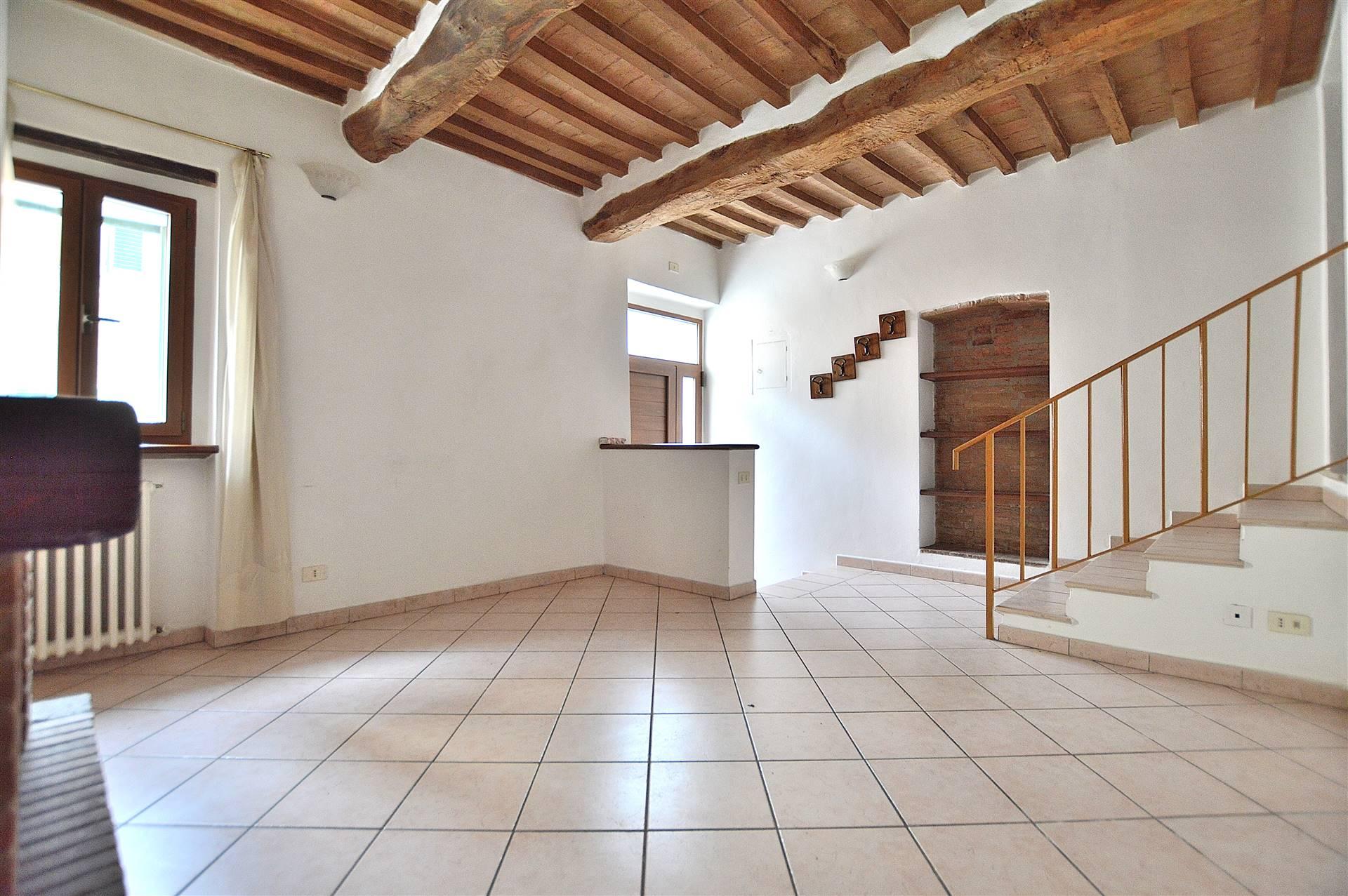 Vescovado di Murlo, in zona centrale ottimamente servita, proponiamo appartamento posto al piano terra con ingresso indipendente all'interno di una
