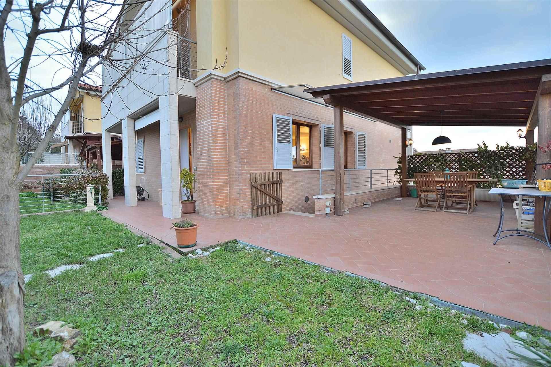 Monteroni, in piacevole contesto residenziale, proponiamo porzione di villetta bifamiliare di recente costruzione con ingresso indipendente e grande