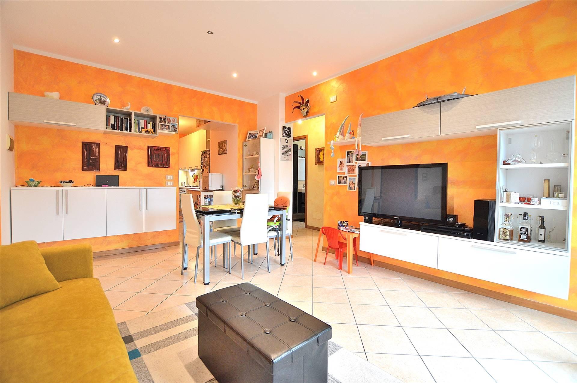 Isola d'Arbia, in piacevole contesto residenziale, proponiamo appartamento posto al piano primo di una piccola palazzina in mattoni faccia vista.