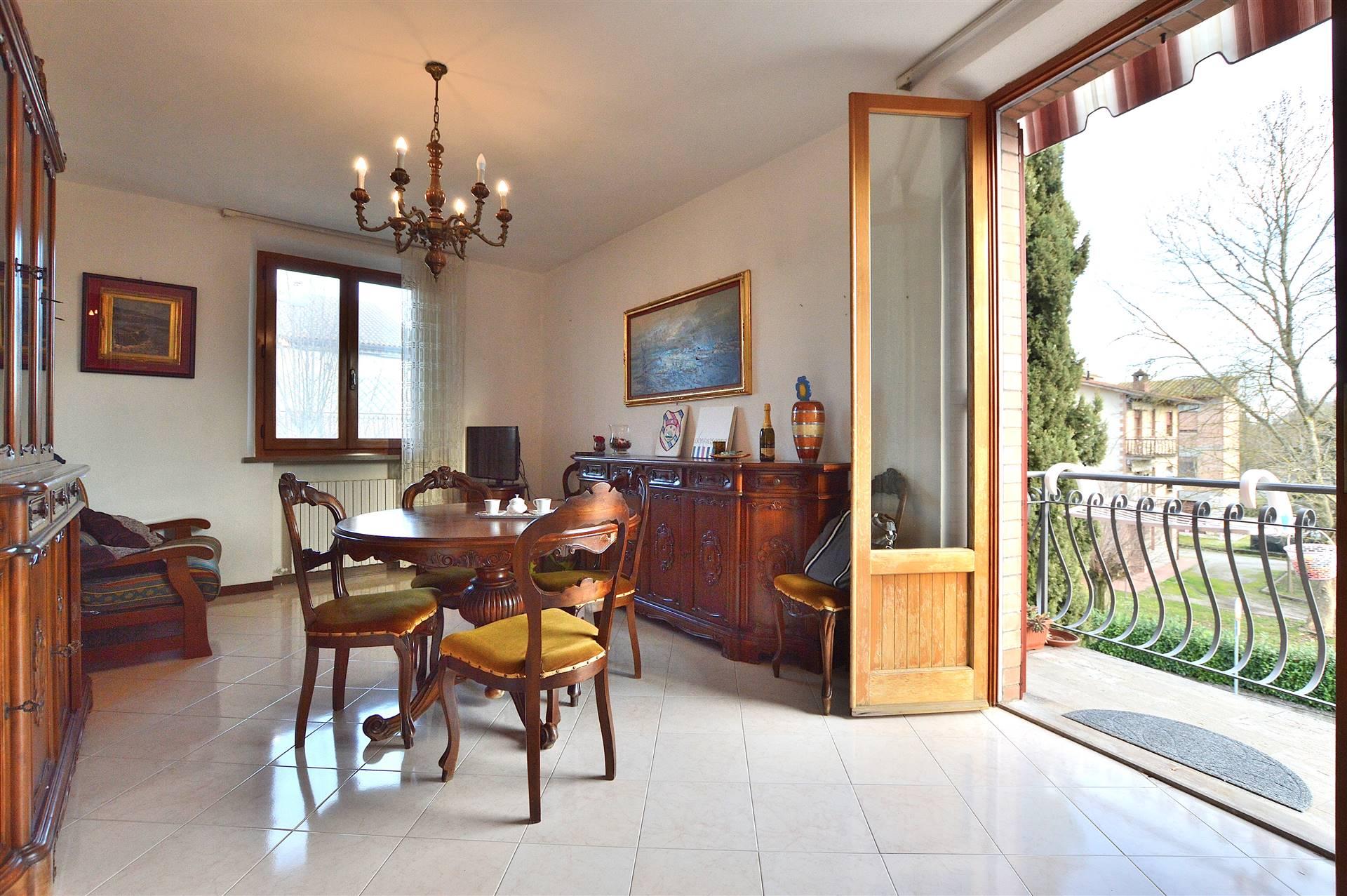 Monteroni d'Arbia, in piacevole contesto residenziale, proponiamo appartamento con resede privato posto al secondo ed ultimo piano all'interno di una villetta bifamiliare in mattoni faccia vista