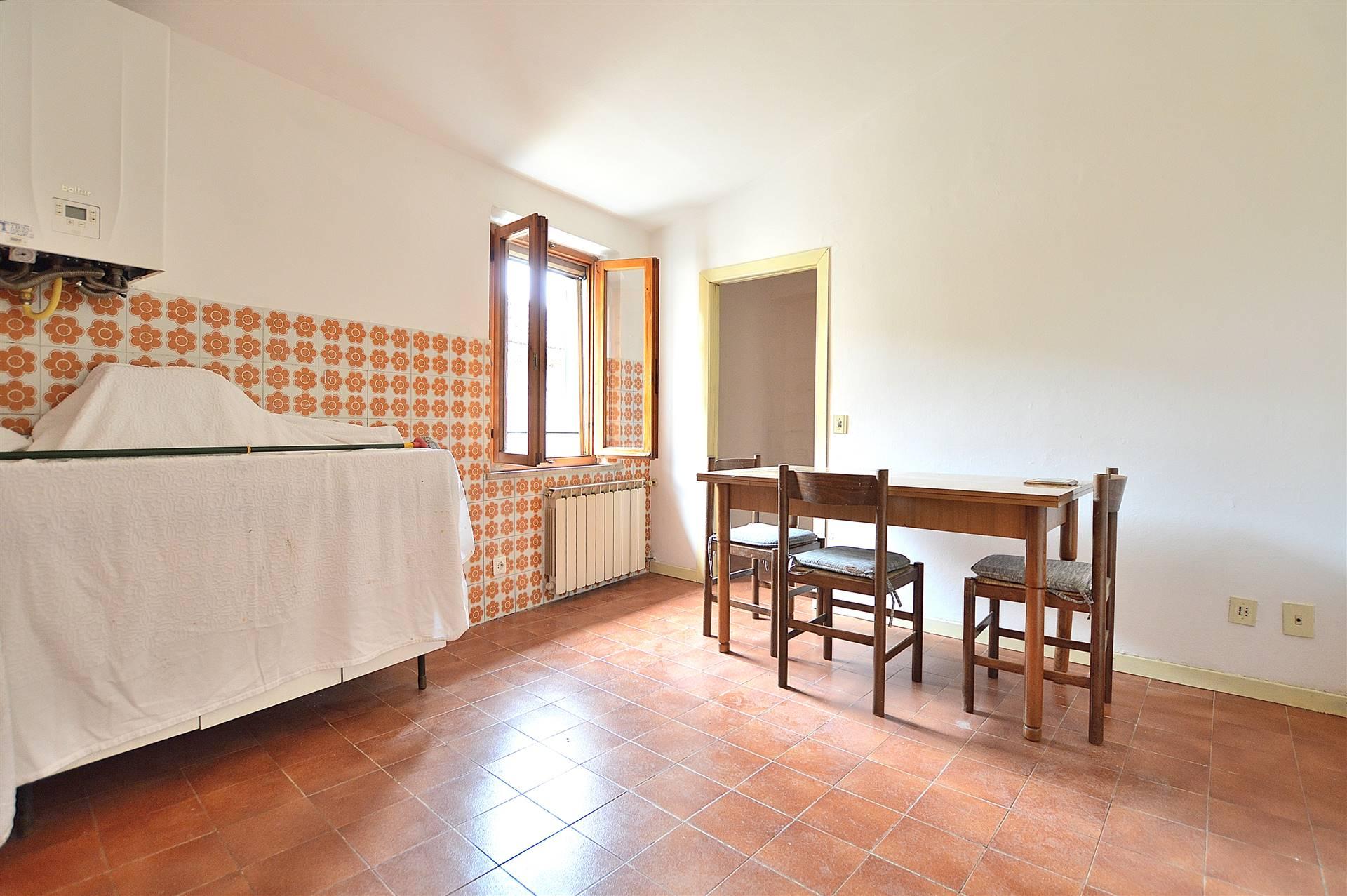 Monteroni d'Arbia, in zona centrale e servita, proponiamo appartamento posto al secondo ed ultimo piano di una piccola palazzina così composto: ingresso, luminoso soggiorno con affaccio sul terrazzo
