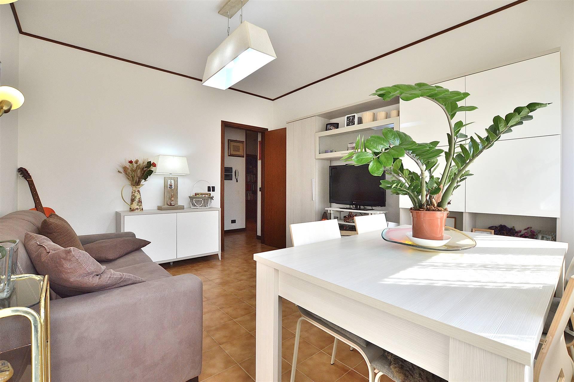 Ponte a Tressa, in piacevole e tranquillo contesto residenziale, proponiamo appartamento posto al piano primo di una piccola palazzina così composto: ingresso, ampio e luminoso soggiorno, cucina con