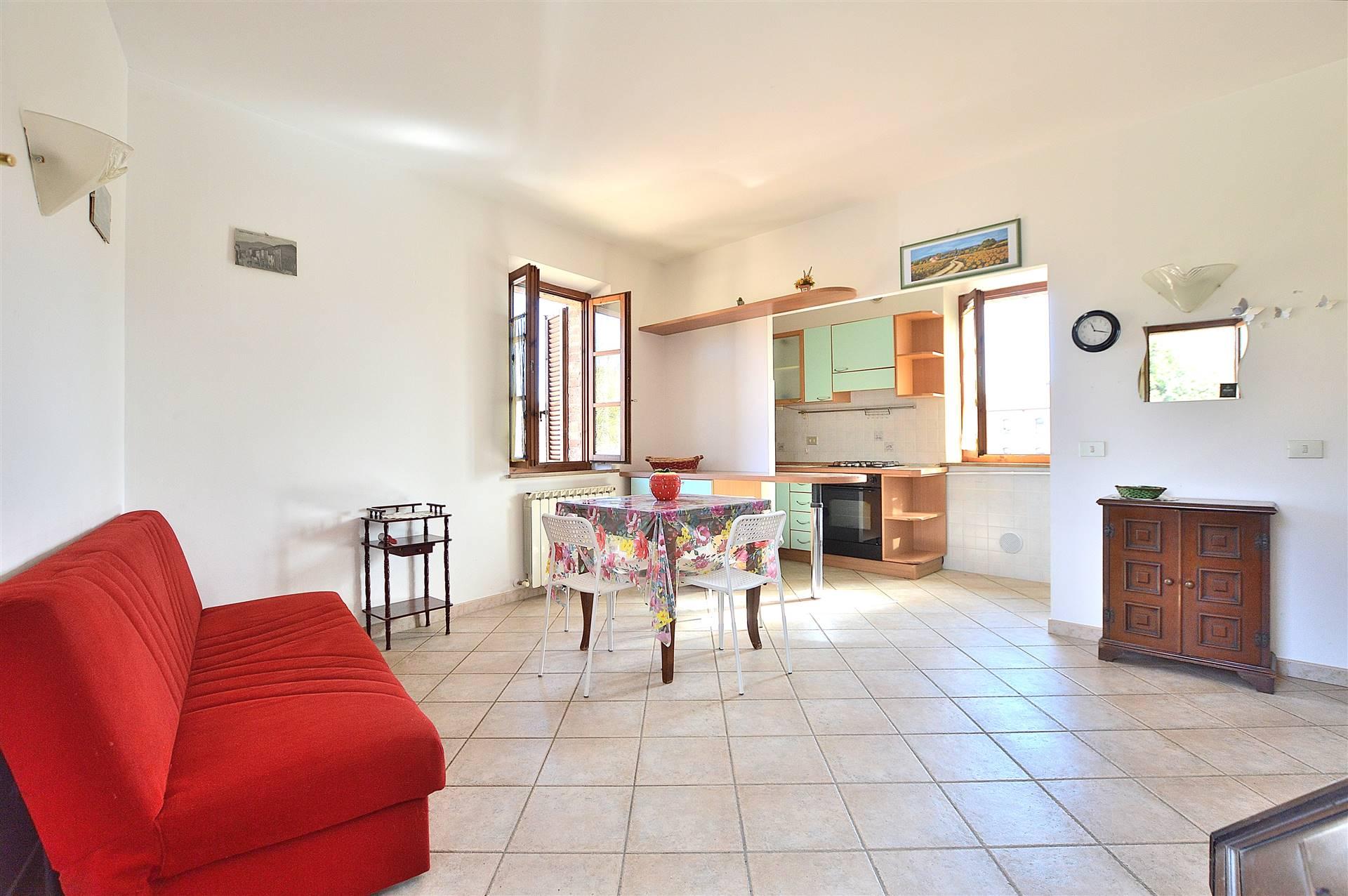 Pian delle Fornaci, in piacevole contesto residenziale, proponiamo ampio bilocale posto al piano primo ed ultimo di una piccola palazzina in mattoni