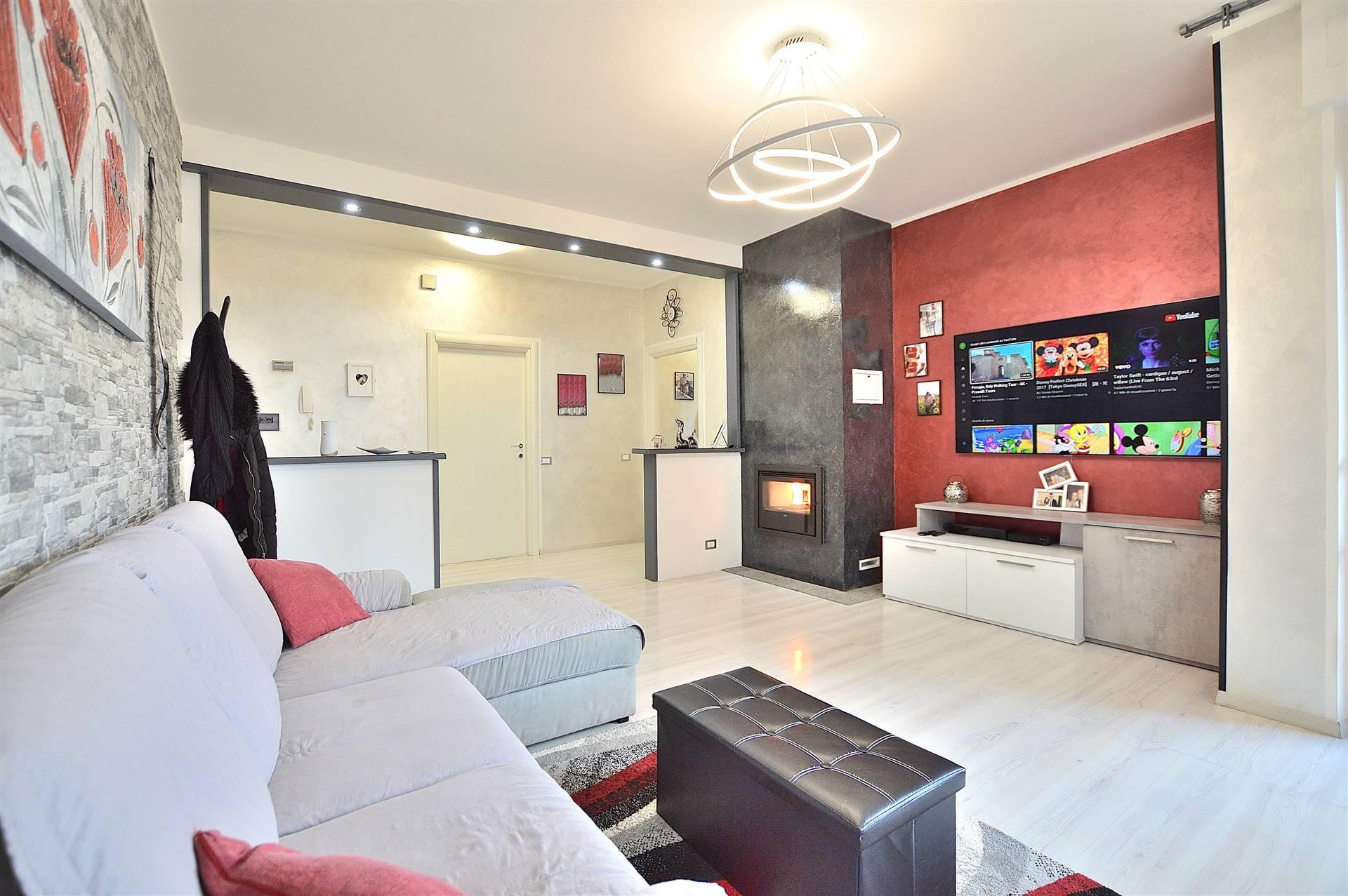 In località Le More, in piacevole contesto residenziale, proponiamo appartamento posto al piano terra rialzato di una piccola palazzina in mattoni faccia vista così composto: ingresso, ampio e