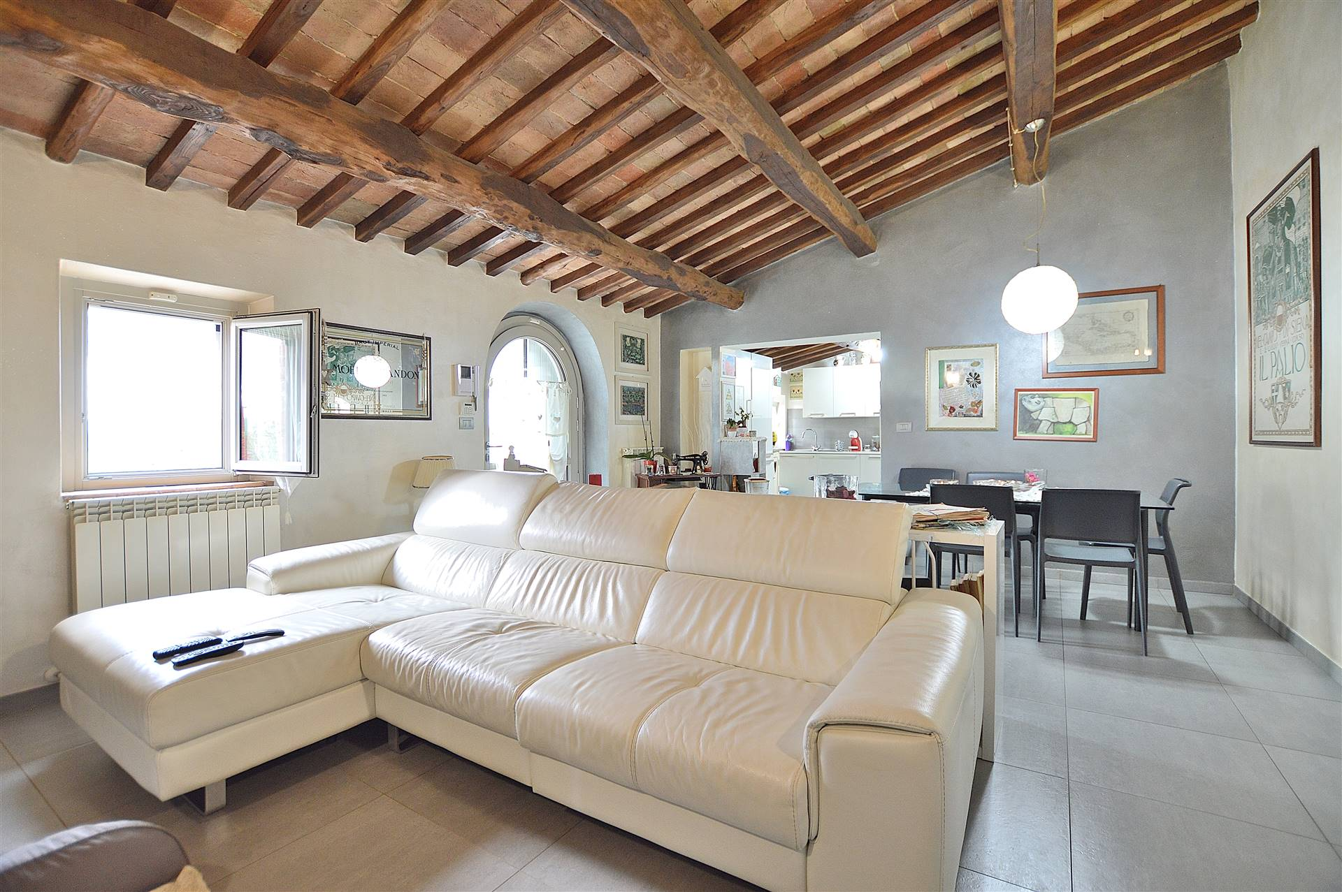 A ca. 7 km da Siena, in antico complesso colonico vendesi appartamento finemente ristrutturato al piano terra servito da giardino esclusivo di 700 mq. La ristrutturazione è stata effettuata