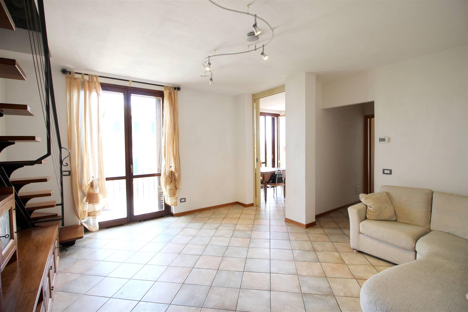 In piacevole contesto residenziale proponiamo appartamento di circa 83 mq commerciali posto al secondo e ultimo piano così composto: ampio living,