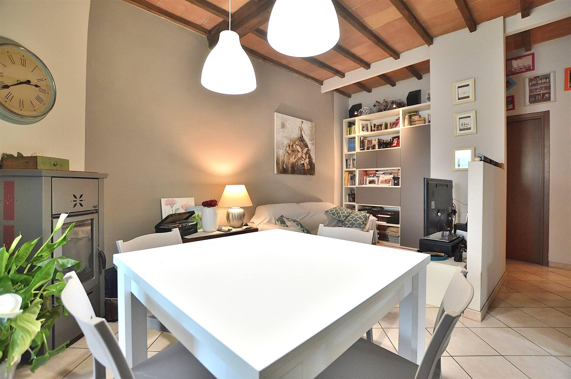 Monteroni d'Arbia, in zona centrale e servita, proponiamo appartamento ristrutturato con ingresso indipendente posto al primo ed ultimo piano. L'immobile si sviluppa su un unico livello ed è composto