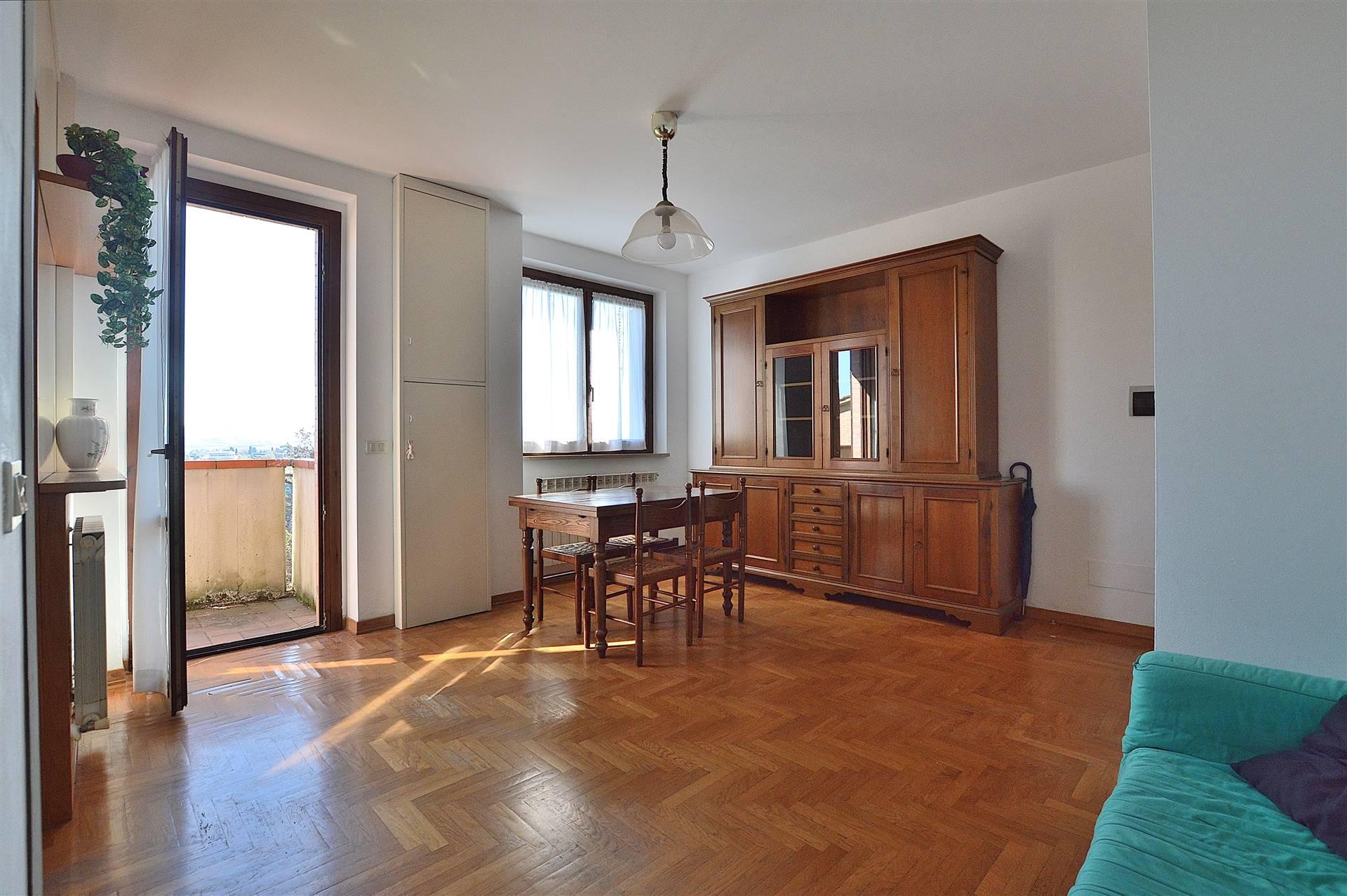 Uopini, in piacevole contesto residenziale, proponiamo appartamento posto al piano primo ed ultimo di una piccola palazzina in mattoni faccia vista