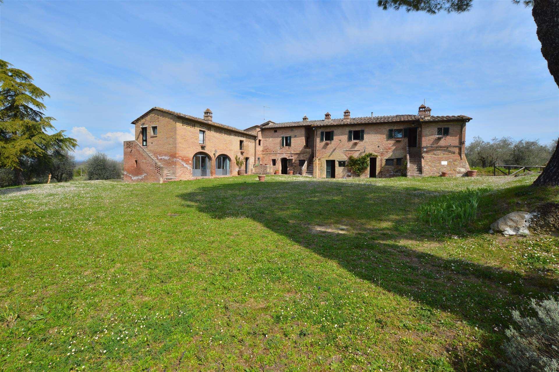 Siena, in campagna a pochi km dal Centro Storico con splendida vista sulle colline circostanti, proponiamo bellissimo casale in mattoni di ca. 650 mq.