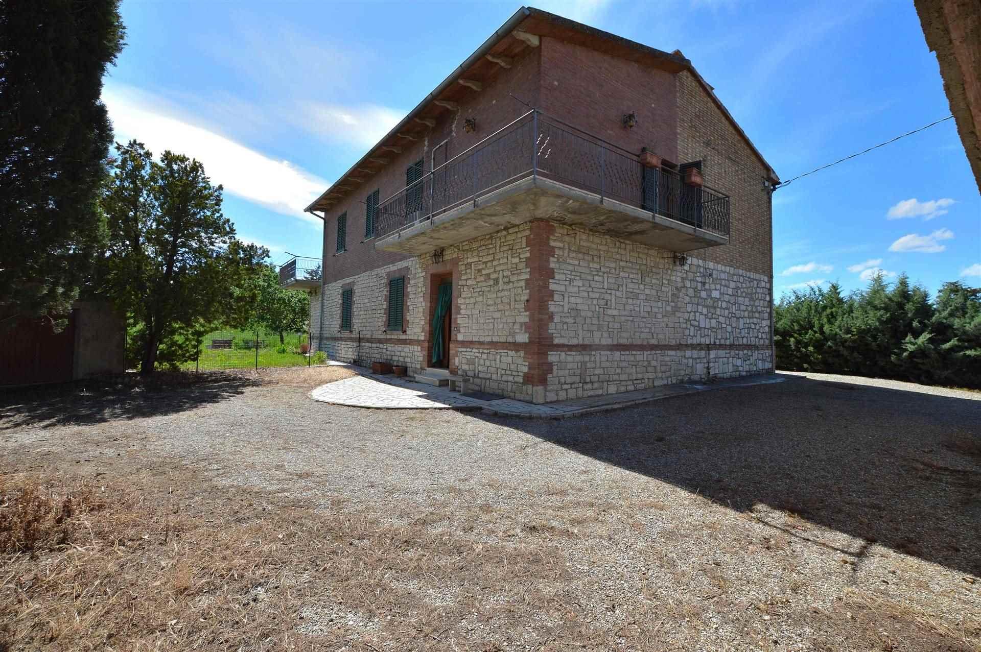 In splendida posizione panoramica con vista sul piccolo Borgo di Chiusure, proponiamo porzione di casa bifamiliare con ampio giardino disposta su due
