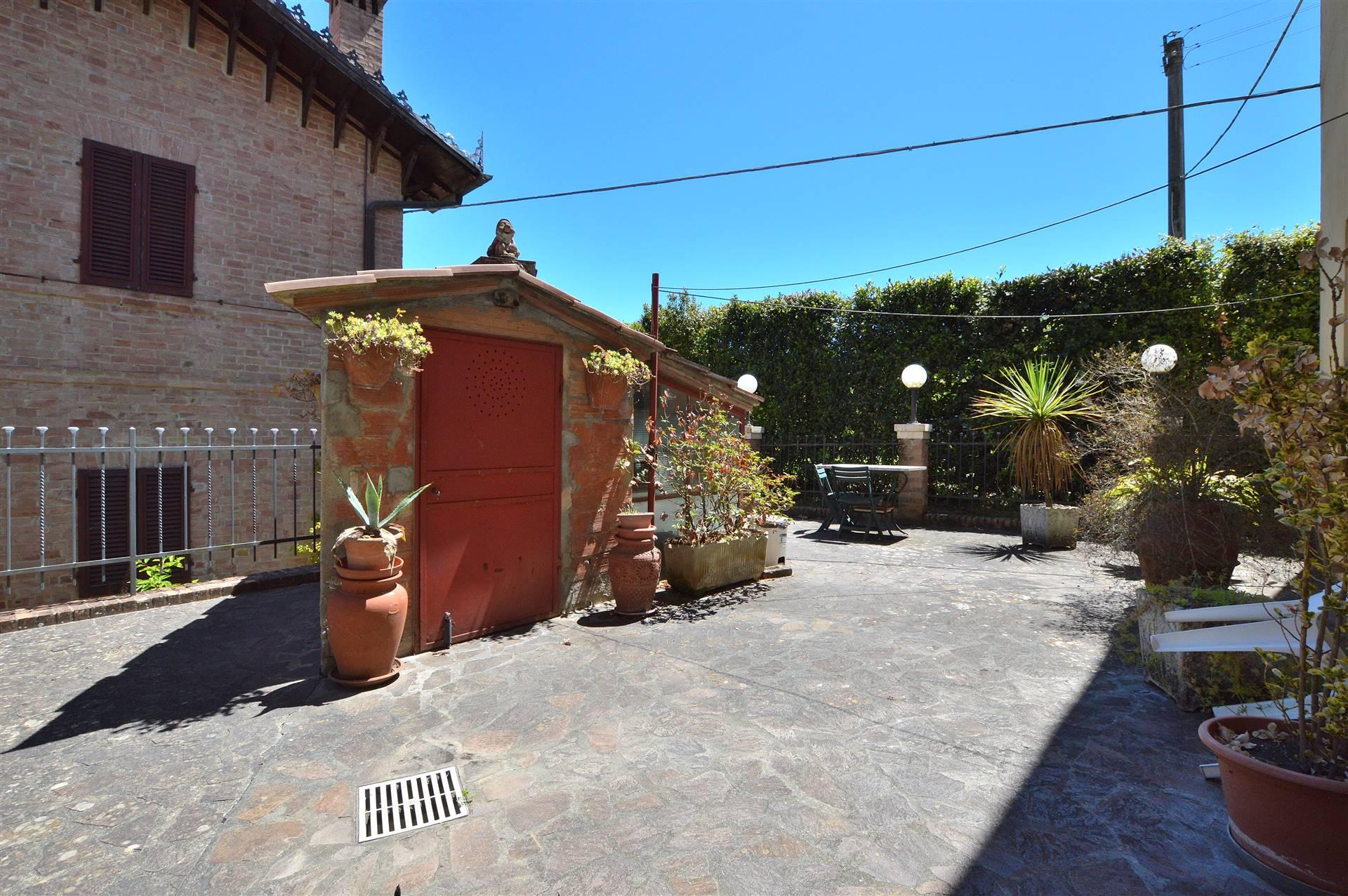 In località Monastero, in piacevole contesto residenziale, proponiamo grande appartamento con resede esclusivo posto al piano terra di una piccola