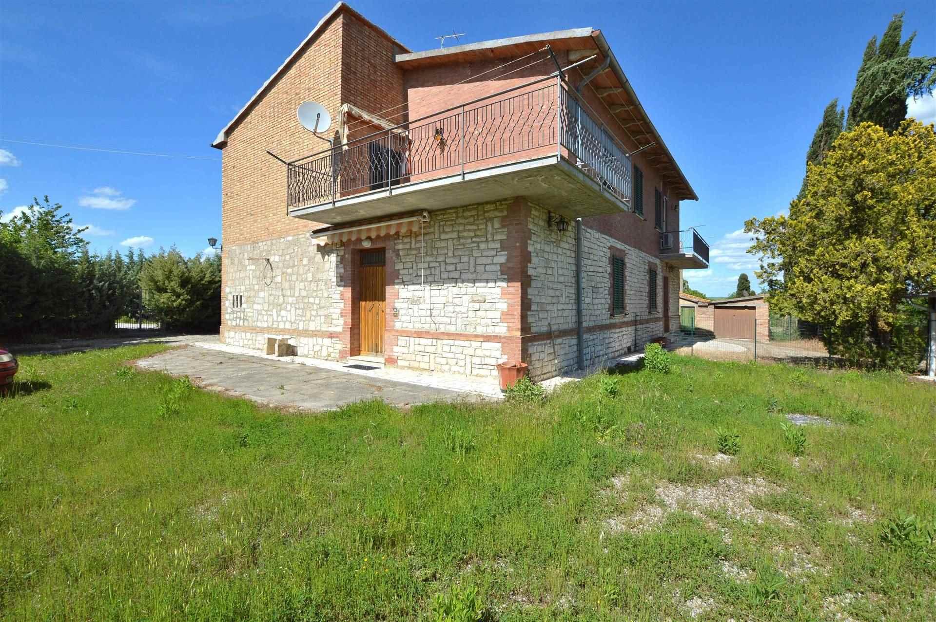 In splendida posizione panoramica con vista sul piccolo Borgo di Chiusure, proponiamo immobile completamente indipendente con ampio giardino e
