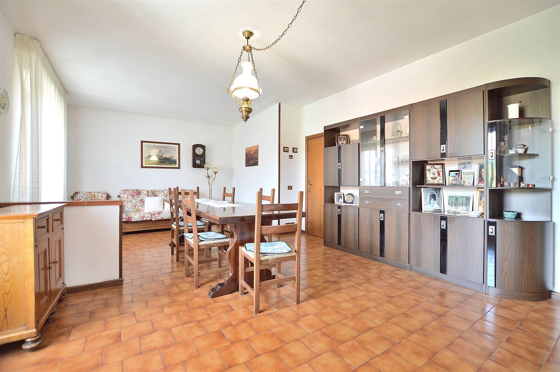 Monteroni d'Arbia, in zona servita e tranquilla vicino al Centro Commerciale, proponiamo grande appartamento posto al secondo ed ultimo piano di una