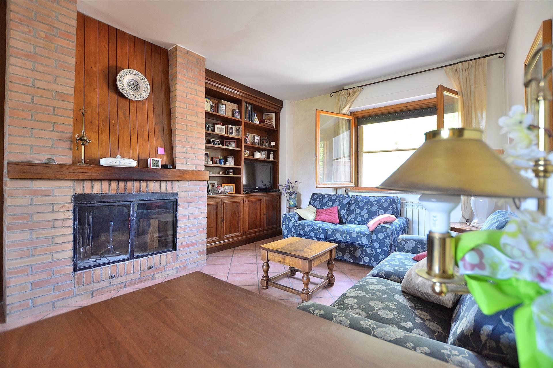 Taverne d'Arbia, in piacevole contesto residenziale, proponiamo appartamento posto al piano primo all'interno di una palazzina in mattoni faccia