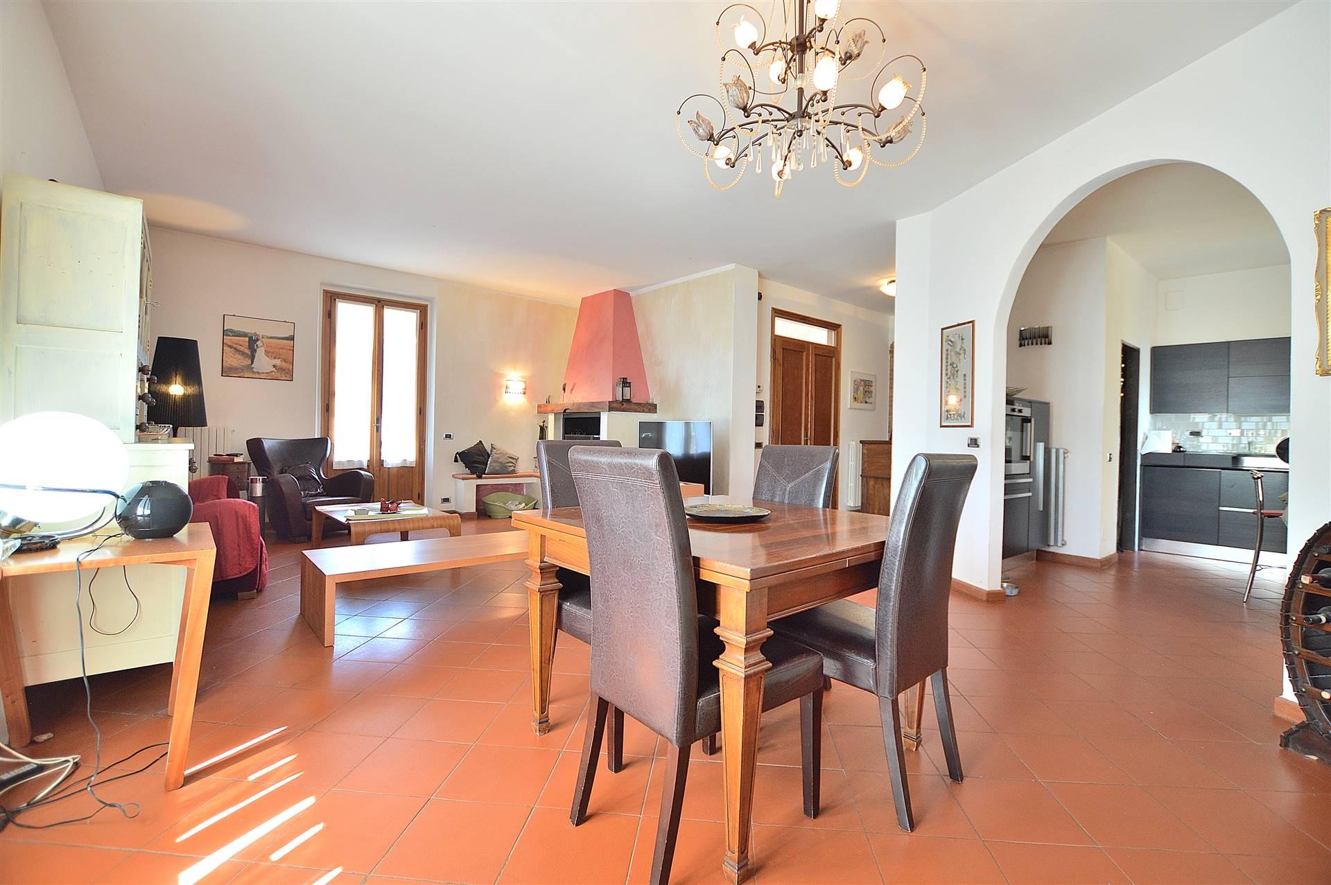 Querciolaia, in splendido contesto residenziale, proponiamo ampio appartamento posto al piano primo all'interno di una bellissima villa bifamiliare
