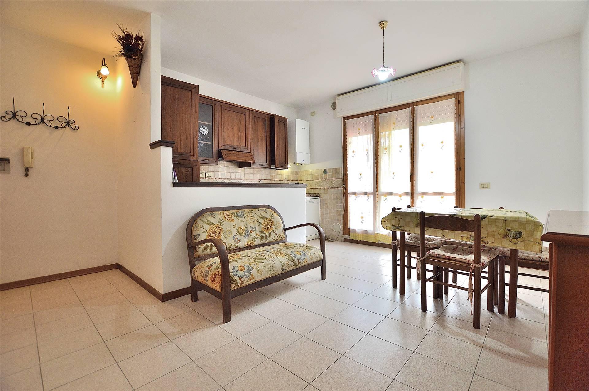 Taverne d'Arbia, in piacevole contesto residenziale, proponiamo appartamento trilocale posto al piano primo di una piccola palazzina in mattoni