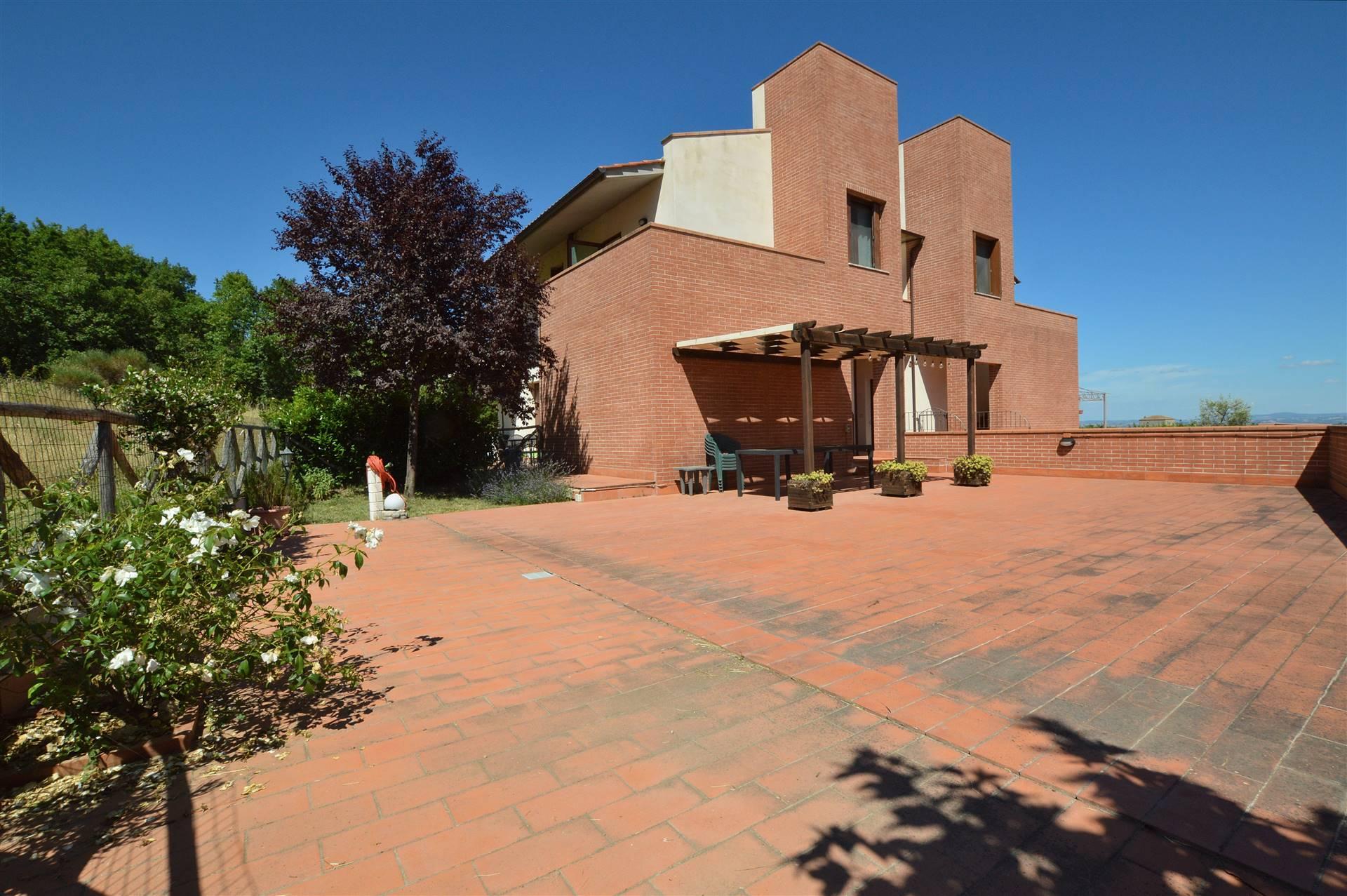 Ville di Corsano, in piacevole contesto residenziale di recente costruzione, proponiamo appartamento trilocale con grande resede con splendida vista