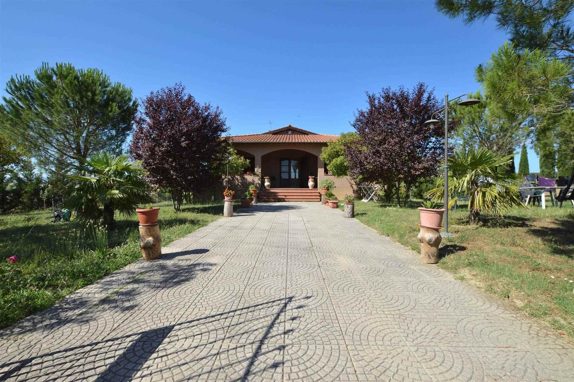 In posizione panoramica con vista su Siena proponiamo ampia villa completamente indipendente circondata da bellissimo parco esclusivo e due ettari di