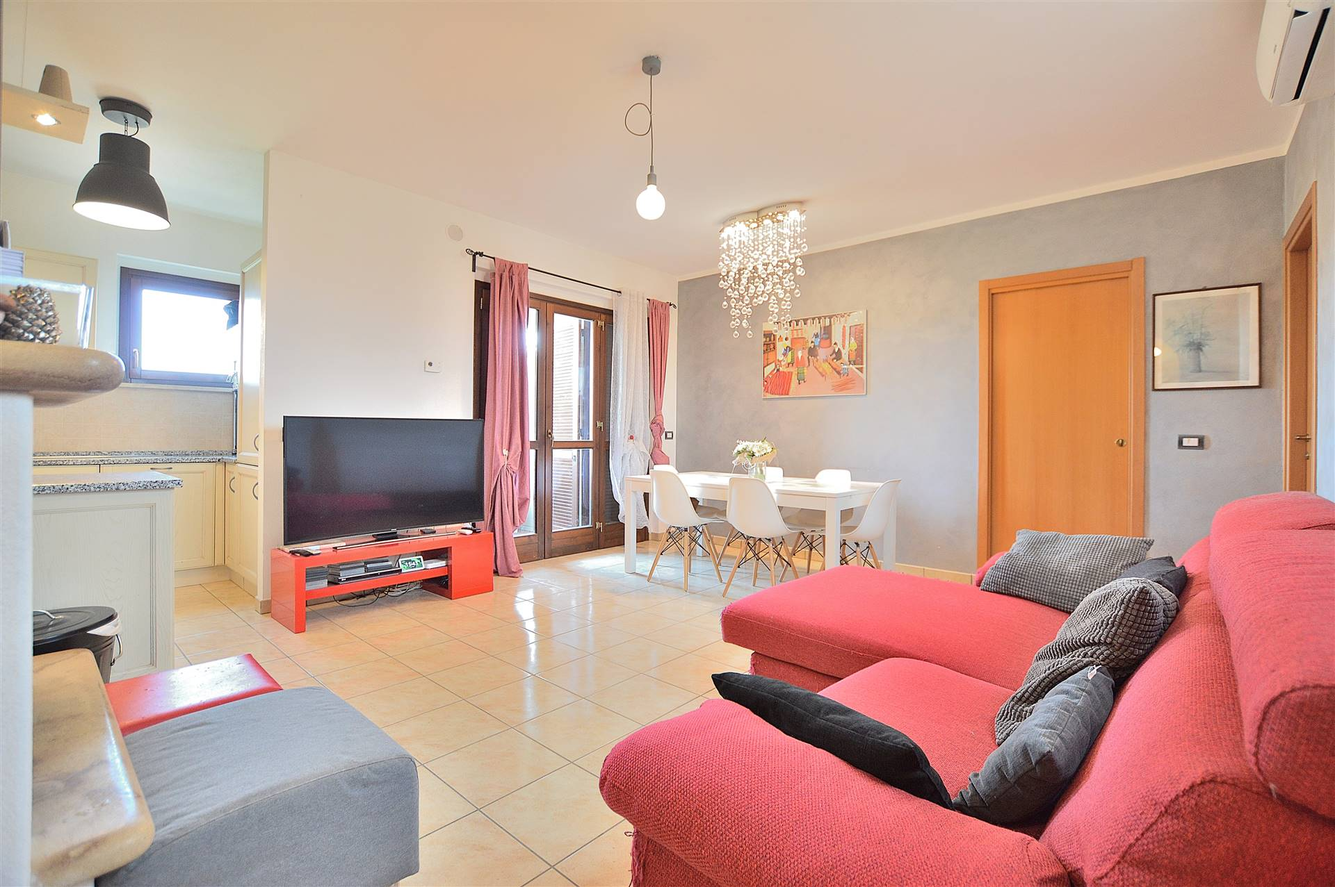 Borgo di Cuna, in piacevole contesto residenziale di recente costruzione, proponiamo appartamento posto al piano primo ed ultimo di una piccola