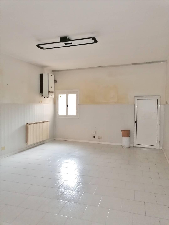 Via Roma, proponiamo locazione di ufficio di ca. 66 mq. posto al piano terra composto da ingresso con vano attesa, un locale di 22,89, disimpegno e 2