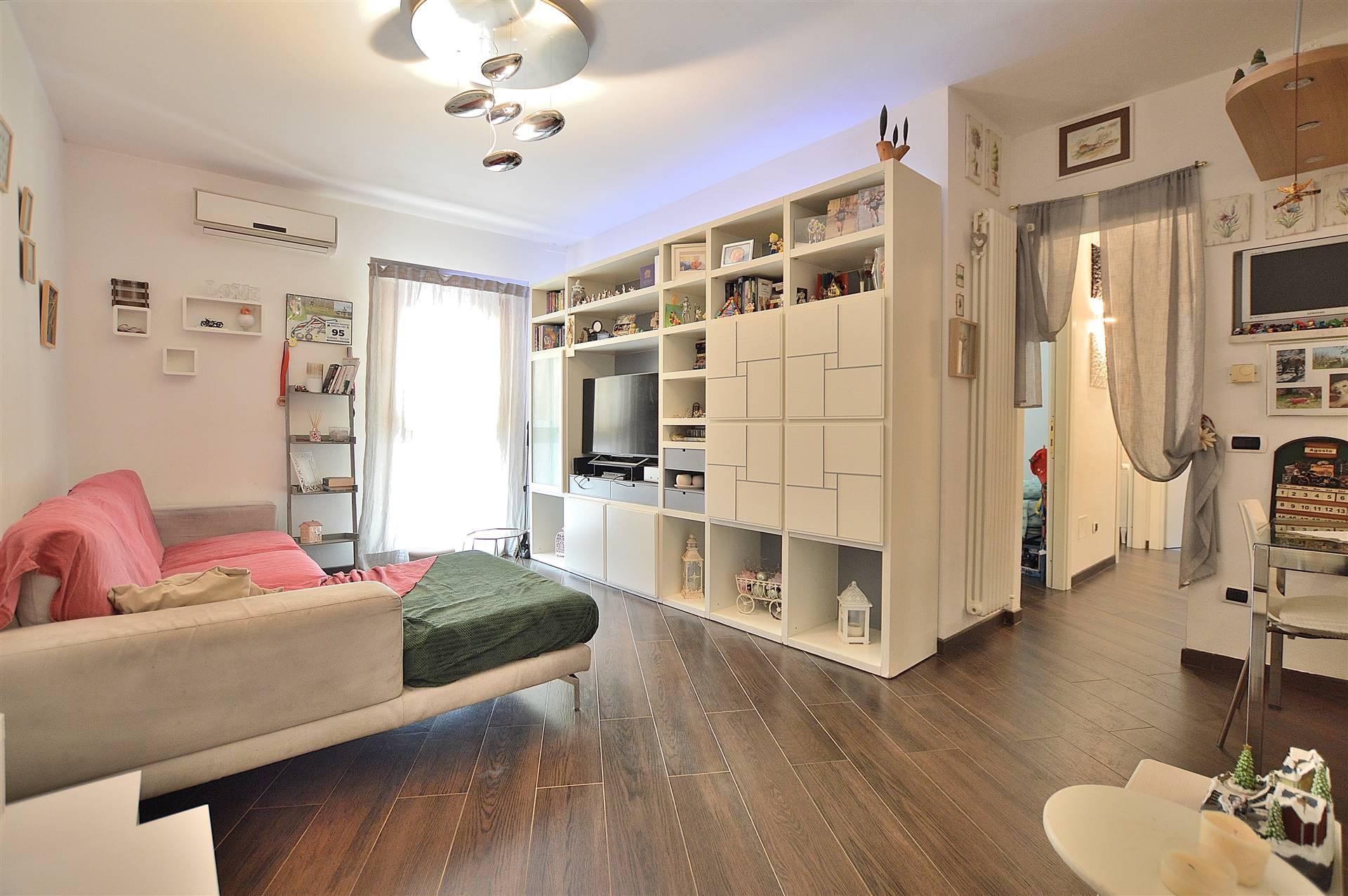 Quercegrossa, in piacevole contesto residenziale, proponiamo appartamento posto al piano primo ed ultimo all'interno di una piccola palazzina in