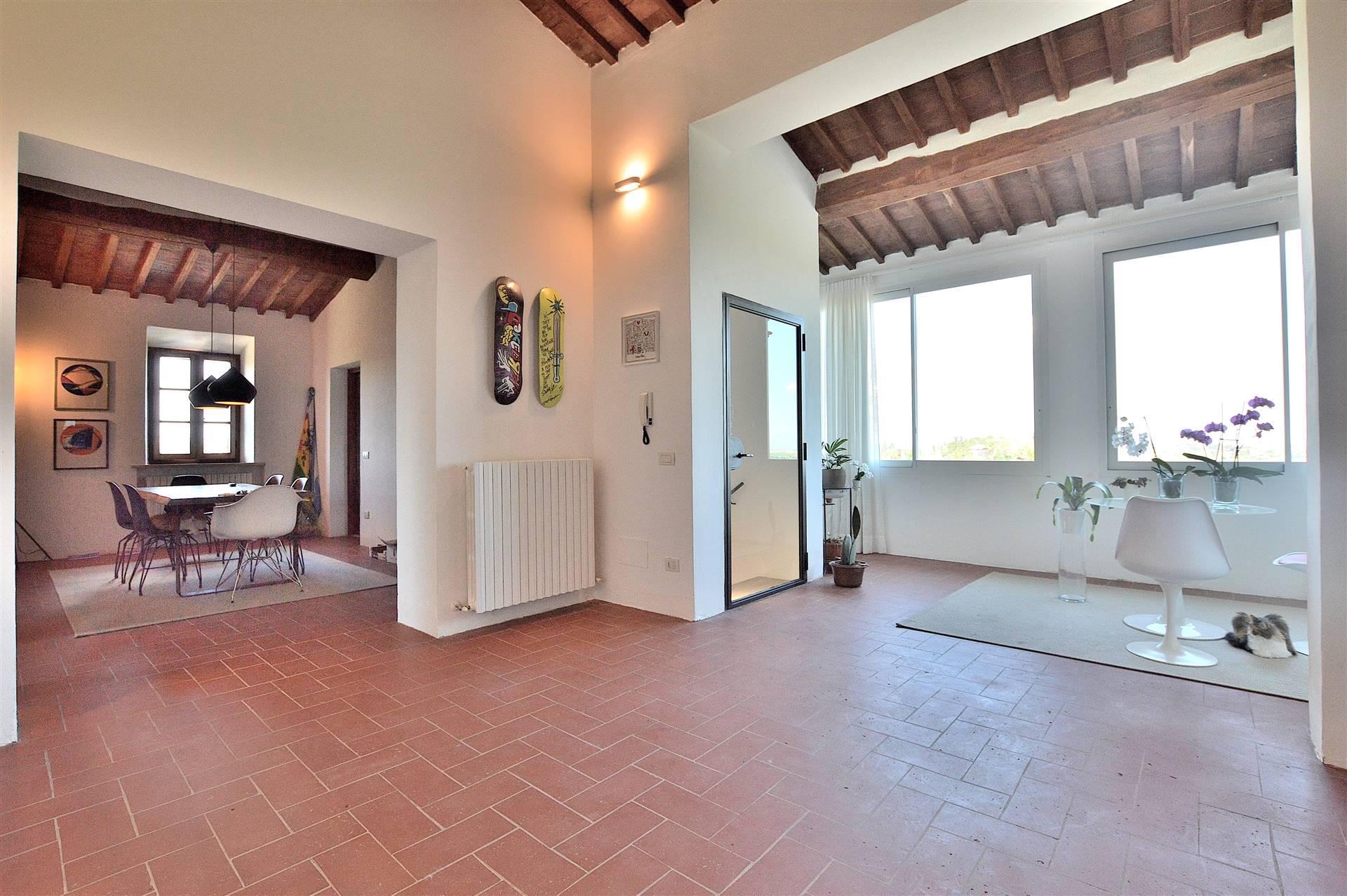 Zona Monastero, in posizione dominante con splendida vista sulla Città, proponiamo bellissimo appartamento posto al primo ed ultimo piano all'interno