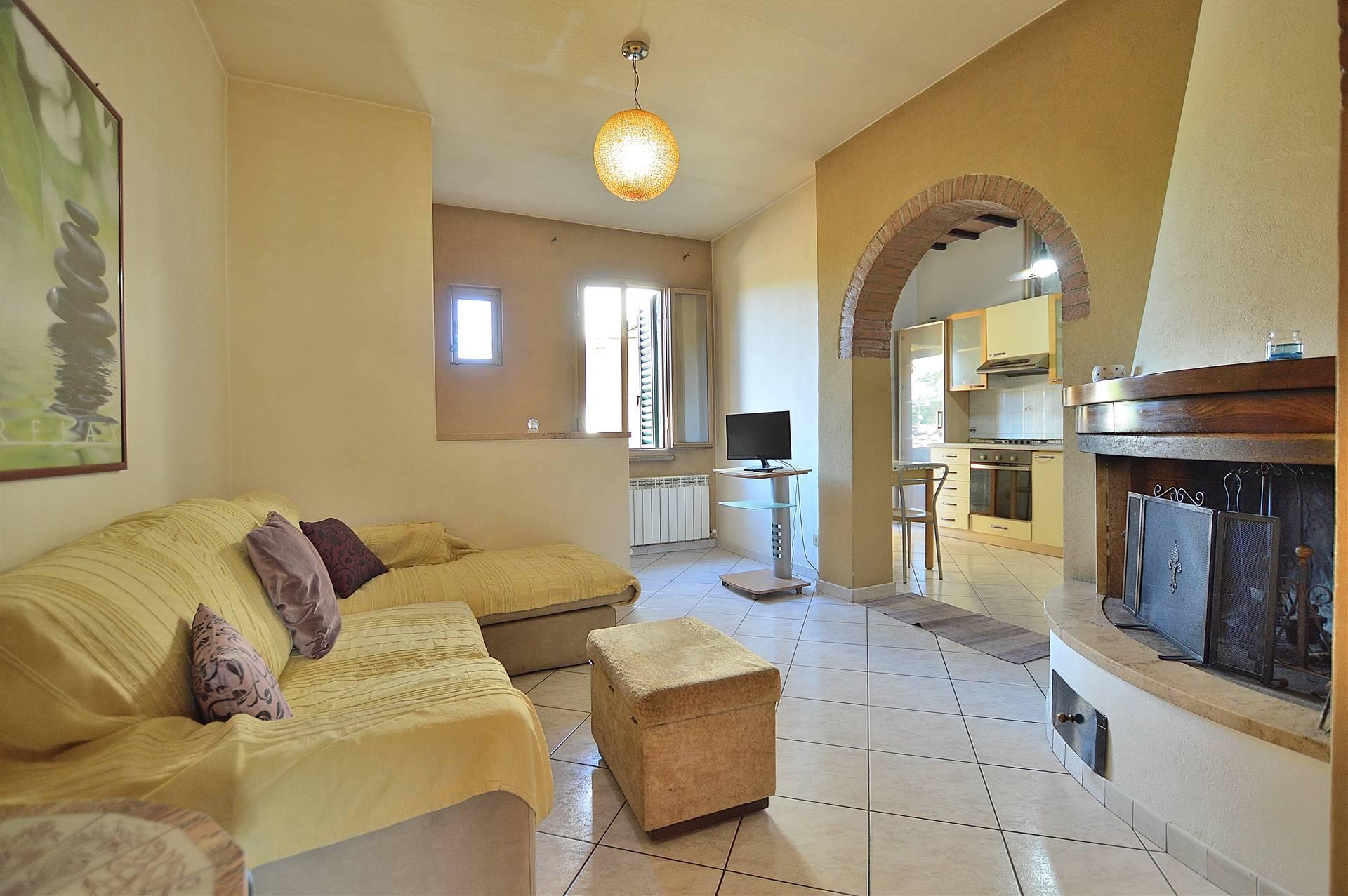 Ponte a Tressa, nel centro della frazione vicino a tutti i principali servizi, proponiamo appartamento posto al piano primo così composto: soggiorno con caminetto, cucina abitabile con affaccio su un