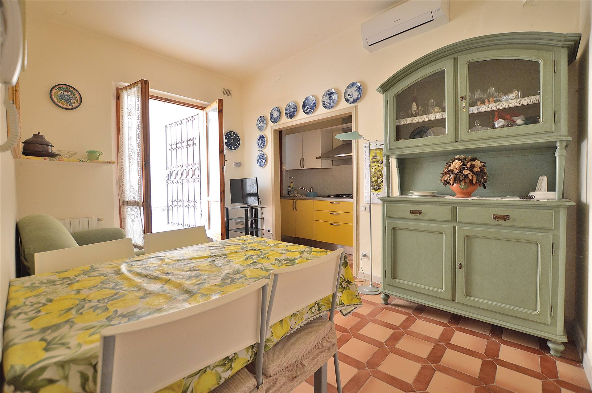 Strada di Certosa, in piacevole contesto residenziale, proponiamo appartamento posto al piano terra con resede privato senza condominio. L' appartamento si dispone su un unico livello ed è composto