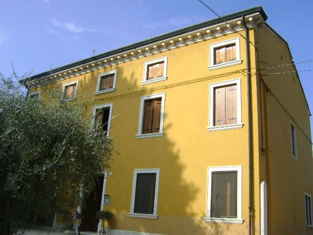 ARCOLE, Villa for sale of 450 Sq. mt., Good condition, Heating Individual heating system, Energetic class: G, Epi: 0 kwh/m2 year, placed at Ground on