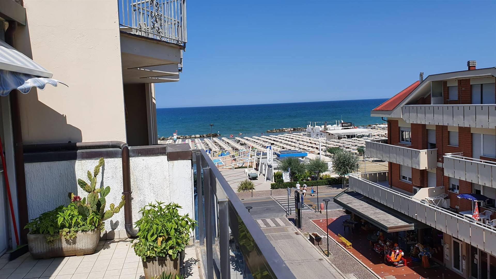 A Misano Brasile, a 30 metri reali dalla spiaggia, con la possibilità di sorseggiare un drink guardando il mare, vi proponiamo questo immobile. L'appartamento è un bilocale ottimamente tenuto al